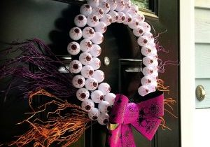 DIY Halloween Crafts- create this beautiful Halloween Eyeball Wreath that is sure to wow all of your neighbors this holiday season. This cheap Halloween project is easy to do with kids and won't break your bank account but will look like a million bucks. #halloween